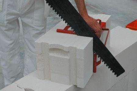 Резка блока пористого бетона