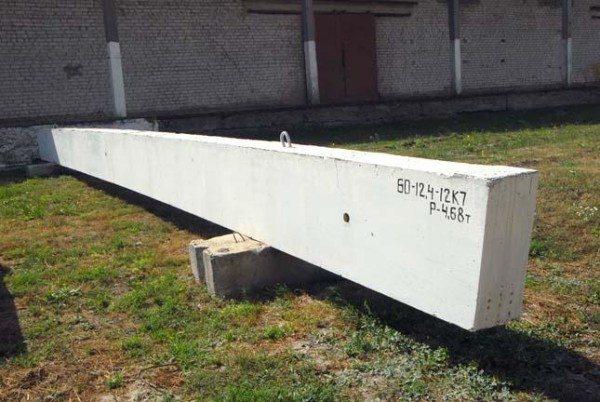 Ригельная балка изготовлена из бетона марки М400 с плотным армированием.