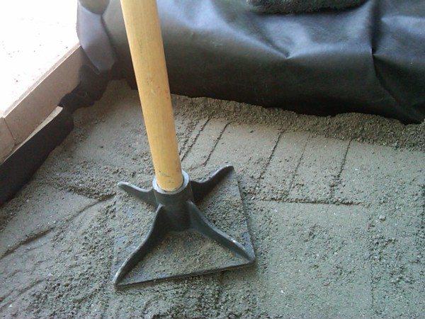 Ручная трамбовка – многие частные застройщики делают подобные инструмента из деревянных брусков