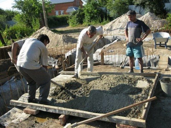 Ручное приготовление бетона занимает много времени и сил.