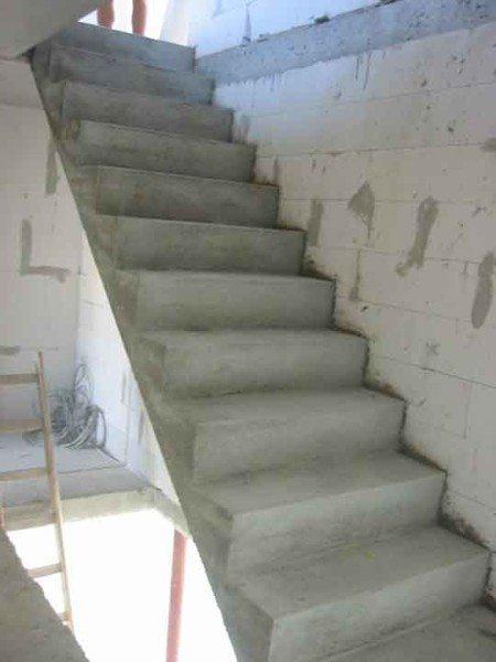 Самодельное сооружение из литого армированного бетона
