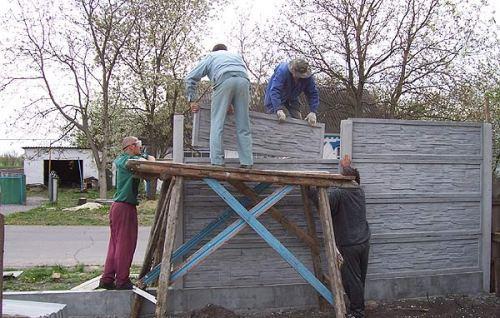 Самостоятельная установка бетонных панелей с помощниками