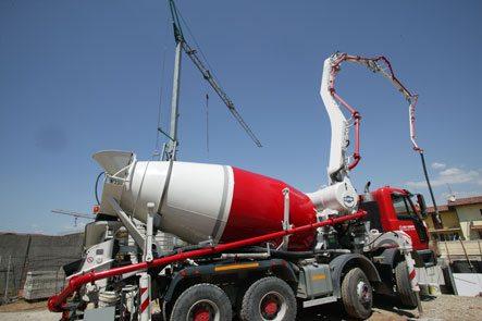 Самоуплотняющийся бетон подается бетононасосом