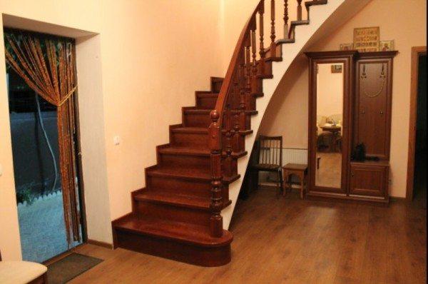Самый экологичный способ обустройства конструкции – деревянными ступенями (их можно приобрести под заказ)