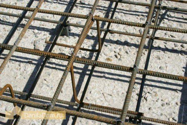 Считается, что при создании фундаментов или плит перекрытия лучше всего все металлические элементы в бетоне связывать стальной проволокой, а не сваркой, поскольку это дает изделию определенную подвижность и гибкость