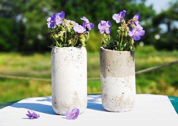 Сделать такие стильные вазы для сада можно буквально за 20-30 минут из самого обычного бетона