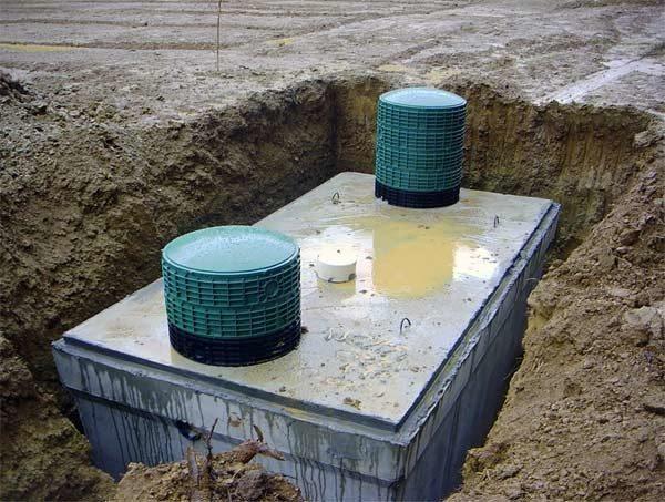 Септик из монолитного бетона перед обратной засыпкой котлована.