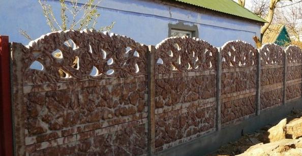 Широко распространенные заборы из бетона выпускаются именно из трехсотой марки бетона