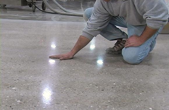 Шлифмашинка для бетона позволяет не только выровнять, но и укрепить поверхность пола.