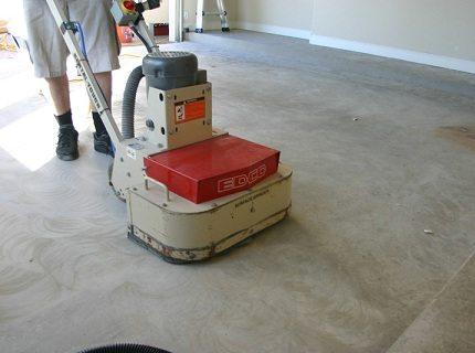 Шлифование бетона профессиональной машиной для стяжки