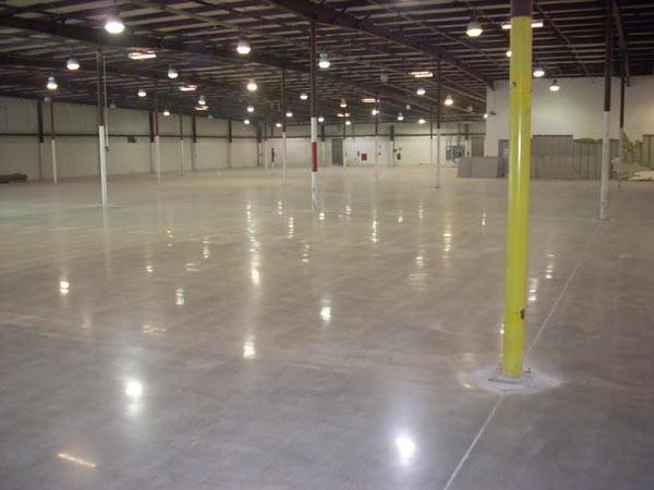 Шлифовка бетона особенно актуальна на складах и в производственных помещениях, так как она значительно повышает прочность и устойчивость к износу.
