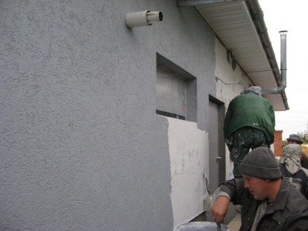 Штукатурка надёжно защитит стену от пагубного воздействия влаги