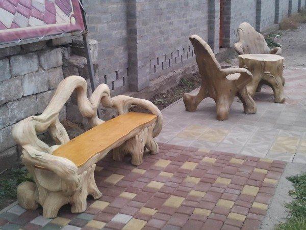 Скамейки могут стать настоявшим украшением участка