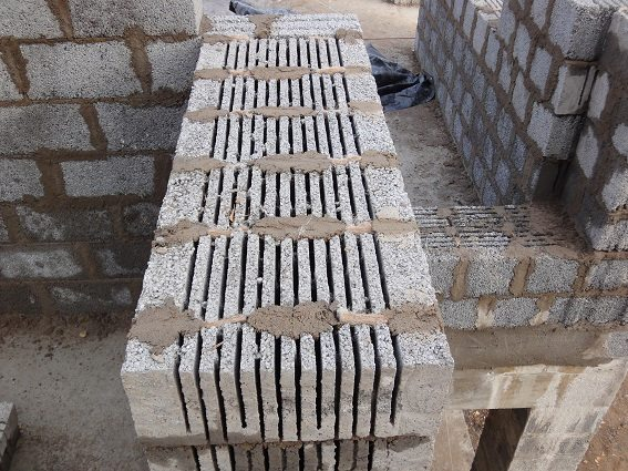 Сколько стоит положить керамзитобетонный блок - зависит от сложности строительства и квалификации мастера.