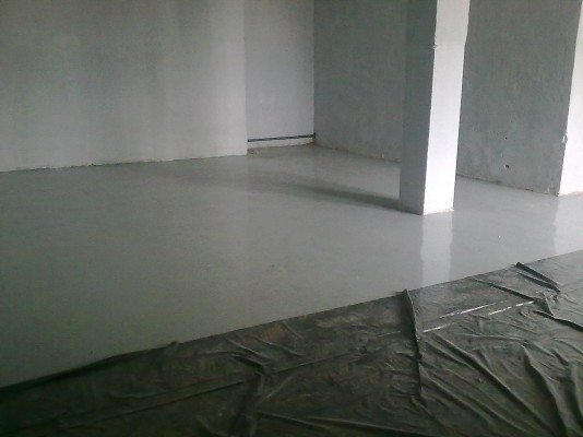 Следует понимать, что если вы хотите добиться наилучшего результата, необходимо предварительно залить ровно бетонную стяжку
