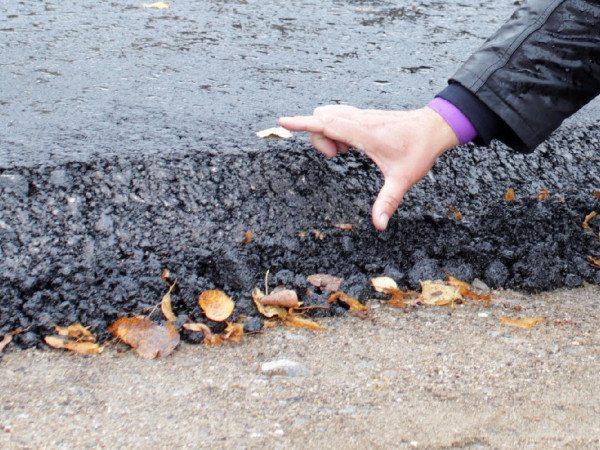 Слой щебеночно мастичной смеси на дорожном полотне