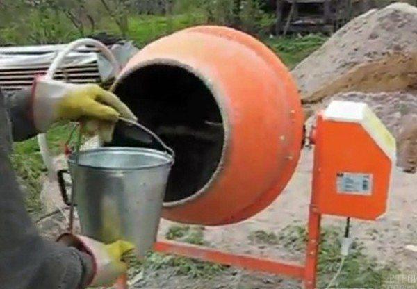 Сначала наливаем воду.