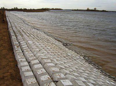 Со временем песок заполнит пустоты и получится весьма оригинальная искусственная набережная, берега которой не будут расширяться каждый сезон