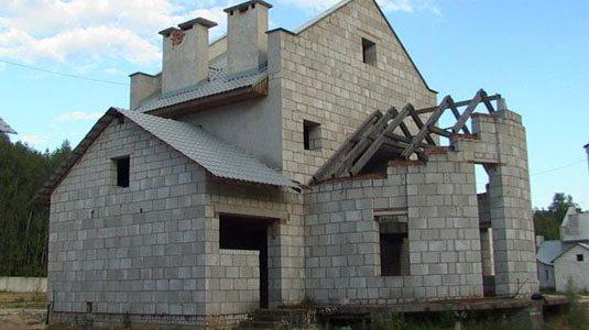 Согласитесь, придется хорошенько постараться, чтобы сделать фасад этого дома более привлекательным
