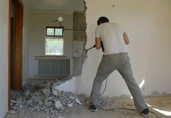 Специальная насадка-лопатка легко «отламывает» куски бетонной стены