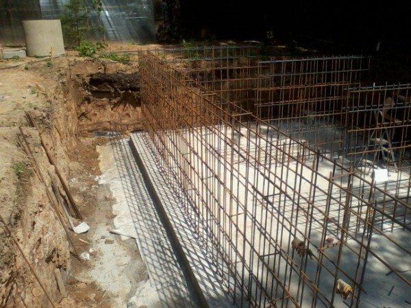 Стальной каркас будущей стены из бетона