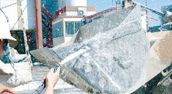 Старайтесь удалять цемент сразу же при попадании, в таком случае вам не понадобится использовать какие-либо очищающие составы