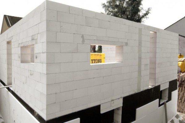 Стена, возведённая при помощи клея