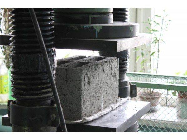 Стеновые блоки испытывают на прочность на специальном оборудовании.