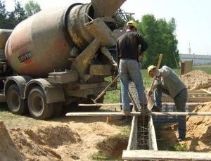 Стоимость заливки бетона из миксера колеблется от 600 рублей за куб