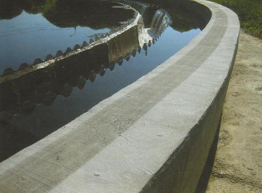 Стоит помнить, что бетон также подвержен коррозии, а соленая среда только ускоряет этот процесс