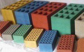 Строение из цветных бетонных блоков смотрится намного интереснее