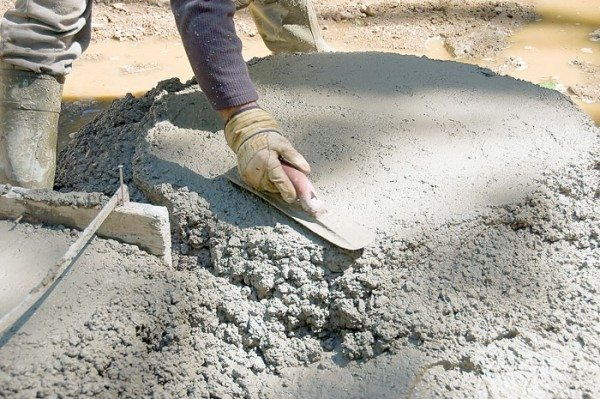 Строительный бетонный раствор, подготовленный к укладке в опалубку.