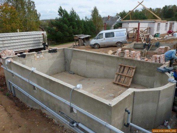 Строительство чаши бассейна из водонепроницаемого монолитного бетона.