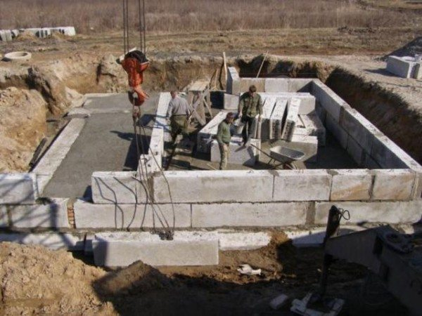 Строительство фундамента из бетонных панелей