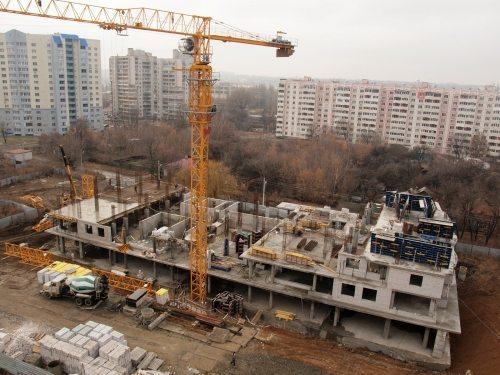 Строительство объекта с использованием бетонных конструкций для разделения этажей