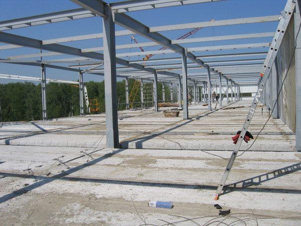 Строительство промышленного здания. Плиты перекрытия - железобетонные, несущий каркас - стальной.