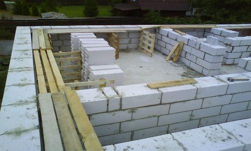 Строительство стен первого этажа почти окончено, пора подумать о перекрытии