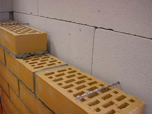 Структура стены с зазором и связями в виде спиральных гвоздей.