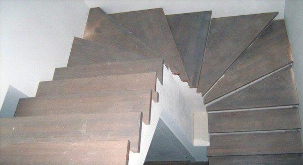 Ступени из дерева для бетонной лестницы выглядят стильно и солидно, несмотря на доступную стоимость