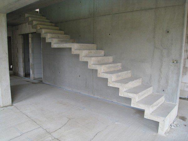 Свободное место под лестницей можно использовать для хранения вещей (гардеробной)