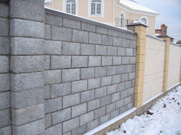 Своеобразный забор из керамзитобетонных блоков