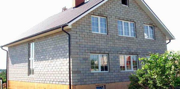 Так выглядит необлицованный фасад дома из керамзитобетона.