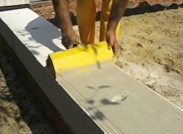 Технология кладки газобетонных блоков на клей– нанесение раствора на поверхность