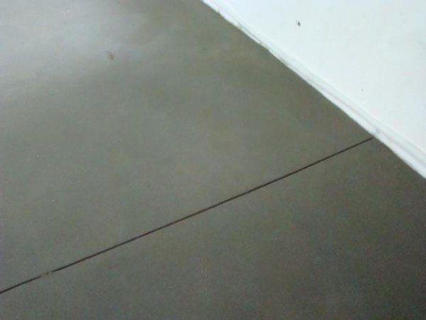 Температурный шов в бетонной поверхности