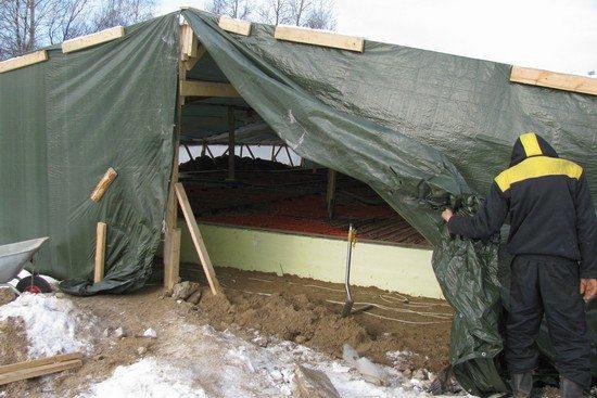 Тентовое укрытие для монолитно-бетонных работ.