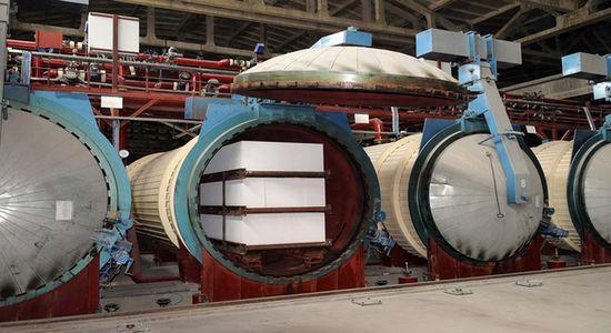 Тепловая обработка блоков (на фото) позволяет снизить расход вяжущего при производстве