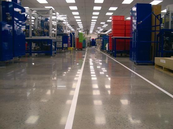Топпинг на полу в производственном цехе