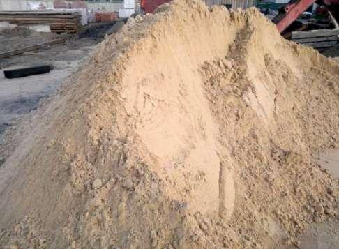 Традиционная для любой стройки песчаная куча.