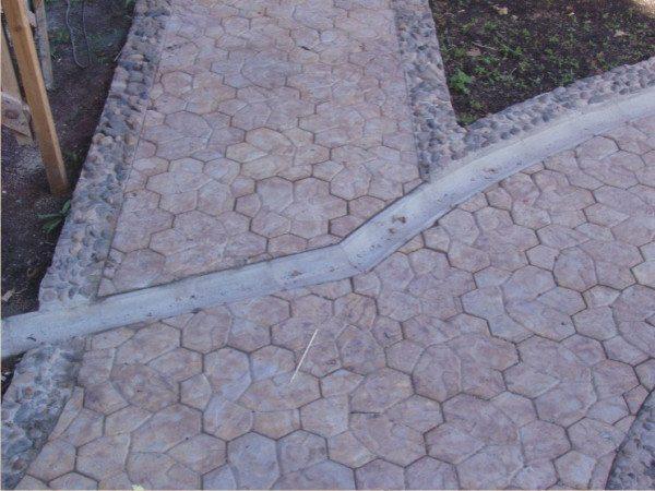 Тротуарная дорожка из ультрабетона – демократичный вариант для загородного дома (вам не потребуется уже через год производить ремонтные работы)