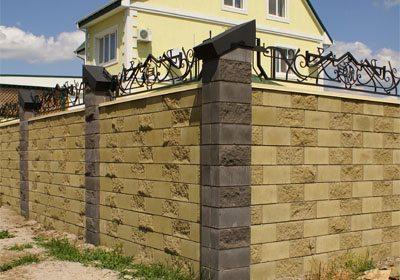 Цельный забор из бетонных блоков